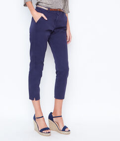 Pantalón tipo chino azul marino.