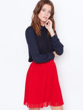 Jupe plissée rouge.