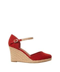 Sandales compensées en suédine rouge.