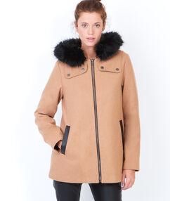 Manteau à capuche avec bordure en fausse fourrure fauve.