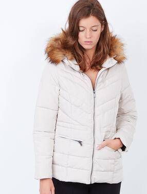 Doudoune à capuche bordée de fausse fourrure blanc.
