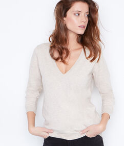 Pull coton cachemire à col v beige clair.
