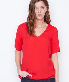 Camiseta lisa escote en v rojo.