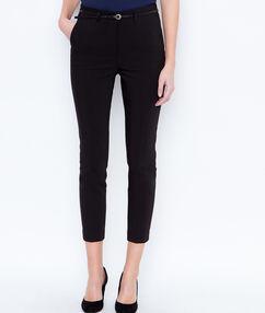 Pantalón tipo chino con cinturón negro.