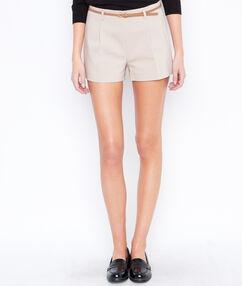 Pantalón corto liso con cinturón c.beige.