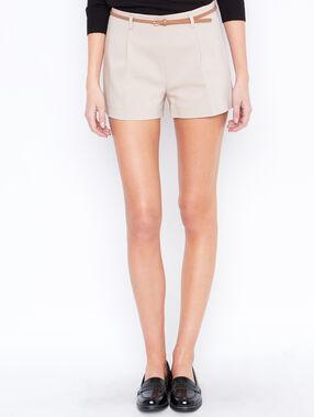 Short uni avec ceinture beige.