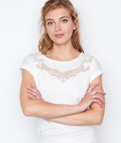 T-shirt à empiècement blanc.