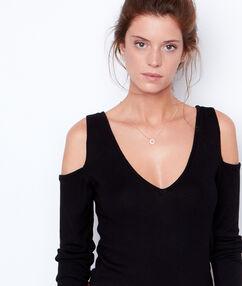 Camiseta manga larga hombros al descubierto negro.