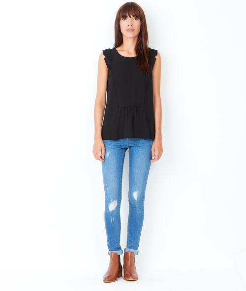 Sleeveless top with round collar