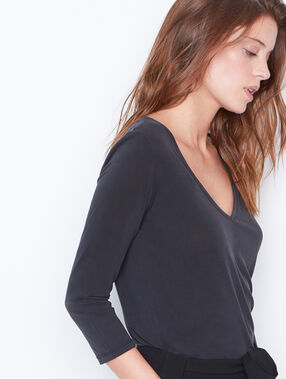 3/4 sleeve t-shirt with v-neck black.