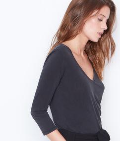 3/4 sleeve t-shirt with v-neck black.