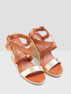 Sandales à talon compensé marron.