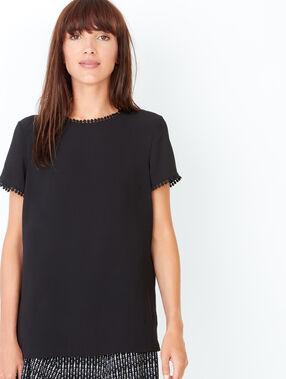 T-shirt à manches courtes, détails petits pompons noir.