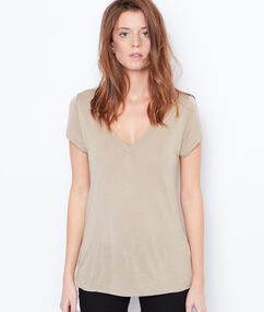 V-neck t-shirt beige.