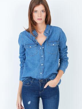 Chemise en jean bleu.