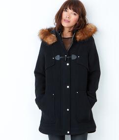 Manteau à capuche bordée de fausse fourrure noir.
