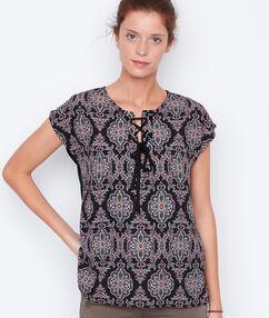 T-shirt manches courtes imprimé avec lacet noir.