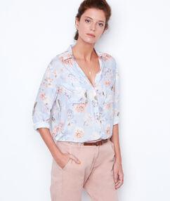 Chemise à fleurs bleu clair.