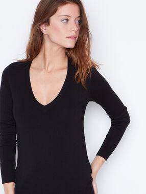 V-neck fine sweater black.