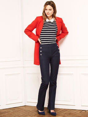 Belted round collar coat red.