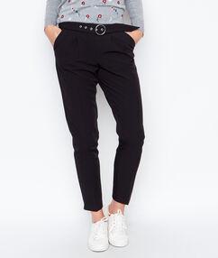 Pantalon ceinturé noir.