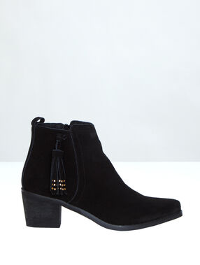 Boots with a low heel black.