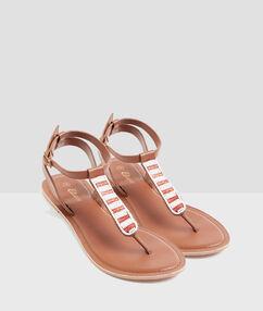 Sandales perlées marron.