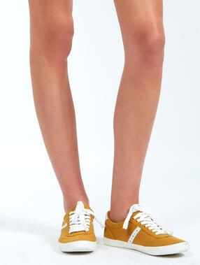 Baskets basses bandes sur les côtés jaune.