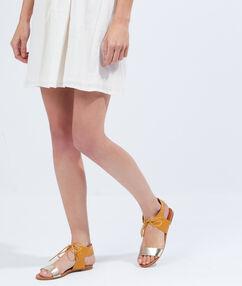 Sandales plates bicolores en suédine jaune.