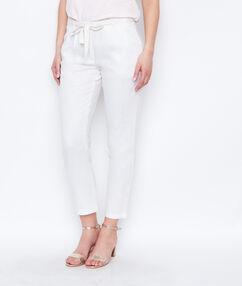 Pantalón tipo chino de lino blanco.