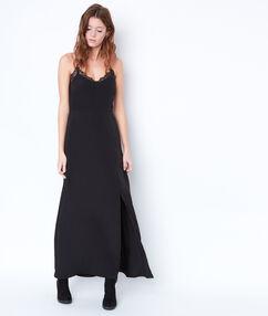 Robe longue fendue, dos en dentelle noir.