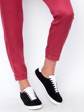 Sneakers en cuir noir.