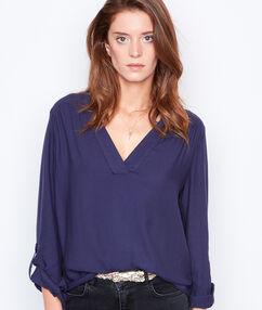 Camisa escote en v azul marino.