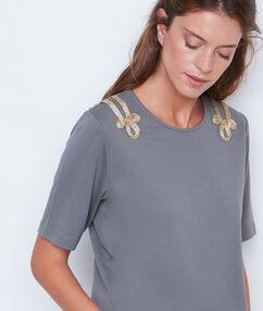 Camiseta hombros bordados caqui.