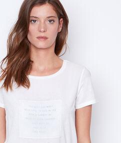T-shirt col rond blanc cassé.