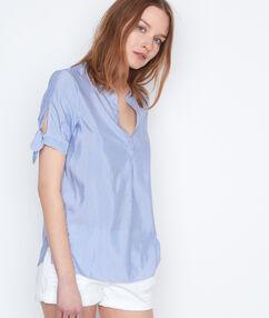 Chemise manches courtes à rayures bleu marine.