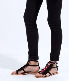 Sandales plates brodées avec des perles, détails franges noir.