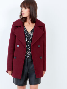 Manteau double boutonnage bordeaux.