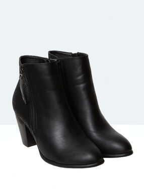 Boots black.