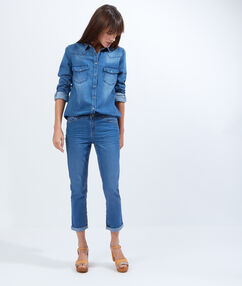 Pantacourt en jean bleu denim.
