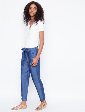 Pantalon carotte ceinturé en jean denim.