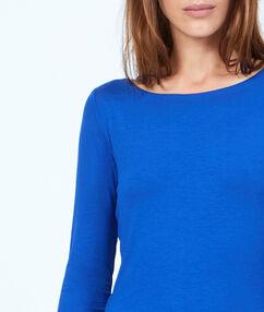 T-shirt col bateau bleu.