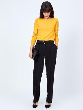 Pantalon large ceinturé noir.