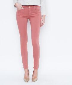Pantalón pitillo rosa viejo.