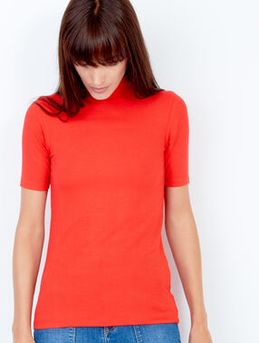 Short sleeve funnel neck top red.