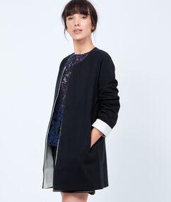 Veste longue en tricot noir.