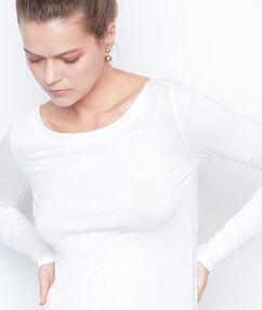 T-shirt col bateau blanc.