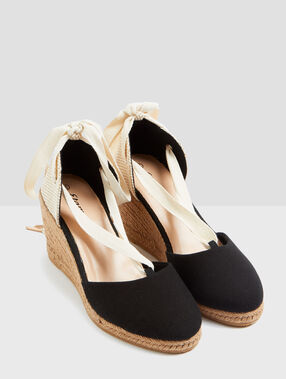 Sandshoes black.