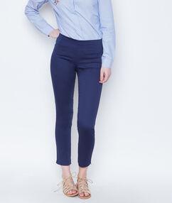 Pantalón liso azul marino.