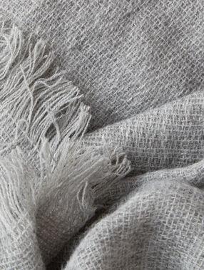 Écharpe unie gris clair.